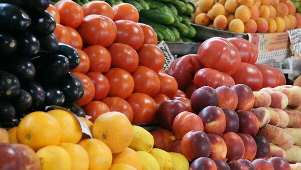 Фрукты-овощи на рынке в Петербурге - Sputnik France