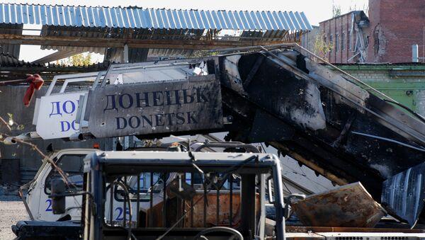 Разрушенный трап самолета в аэропорту города Донецка - Sputnik France
