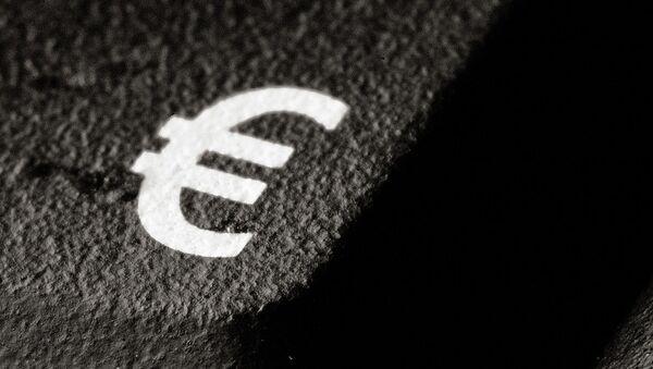 Значок евро на асфальте - Sputnik France