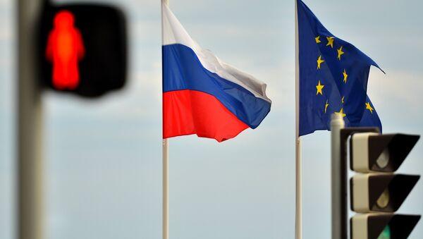 Les drapeaux de la Russie et de l'UE sur le quai de Nice - Sputnik France