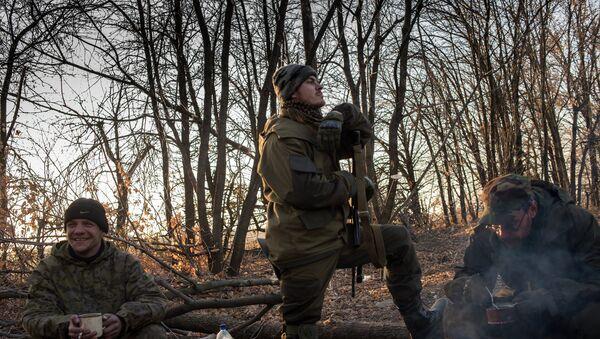 Ополченцы Луганской народной республики на первой линии обороны в Славяносербском районе неподалеку от Луганска - Sputnik France
