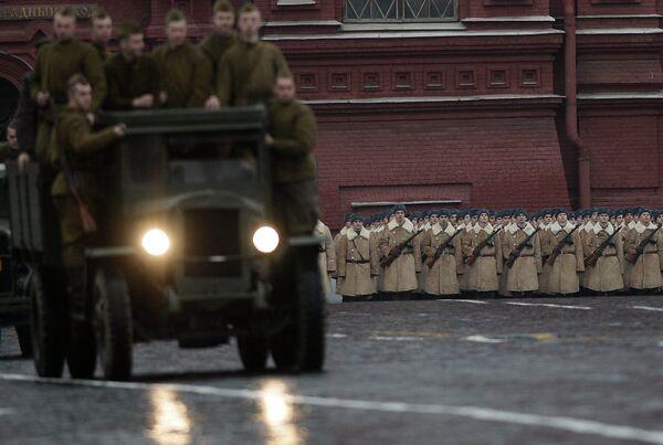 Marche à Moscou en mémoire de la parade de 1941 - Sputnik France