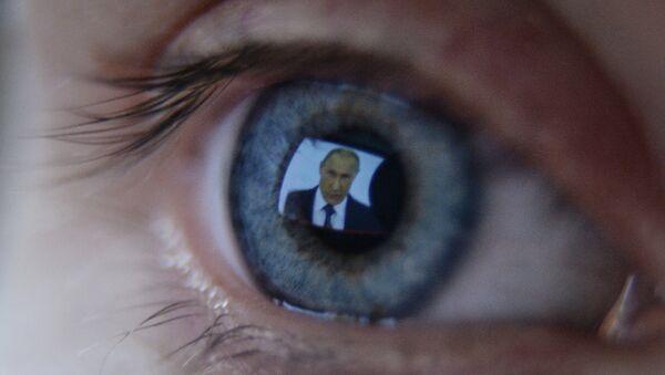 Девушка смотрит телевизионную трансляцию послания президента РФ В.Путина к Федеральному Собранию - Sputnik France