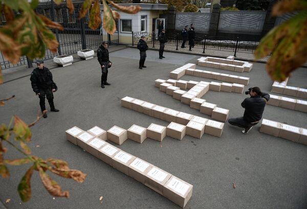 Boîtes avec les signatures des Ukrainiens à soutien de la tenue d'un référendum sur adhésion de l'Ukraine à l'OTAN - Sputnik France