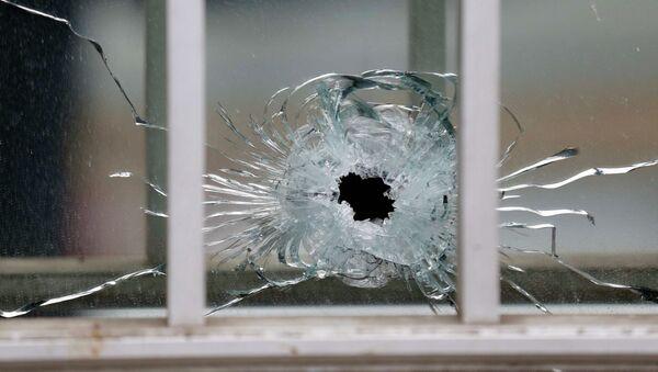 След от пули в окне редакции журнала Charlie Hebdo - Sputnik France