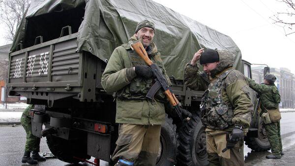 Ополченцы стоят возле военного грузовика, Донецк - Sputnik France